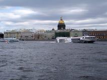 Sikt av staden från floden royaltyfria bilder