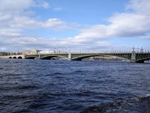 Sikt av staden från floden Royaltyfri Foto