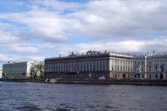 Sikt av staden från floden royaltyfri bild