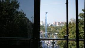 Sikt av staden från lägenheten stock video