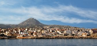 Sikt av staden av Heraklion och monteringen Juktas som sover Zeus Mountain, Grekland, Kreta Fotografering för Bildbyråer