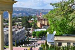 Sikt av staden i den ryska staden av Kislovodsk med bergsikter royaltyfri fotografi