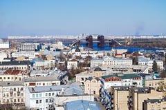 Sikt av staden Kiev och den Dnieper floden med en ny bro royaltyfri fotografi