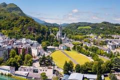 Sikt av staden Lourdes - fristaden av vår dam av Lourdes Royaltyfri Foto