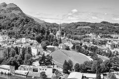 Sikt av staden Lourdes som är svartvit - fristaden av vår dam av Lourdes Royaltyfri Bild