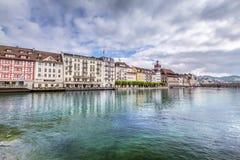 Sikt av staden Lucerne från sjösidan europeiskt gammalt för stad Arkivfoton