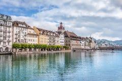 Sikt av staden Lucerne från sjösidan europeiskt gammalt för stad Royaltyfri Bild