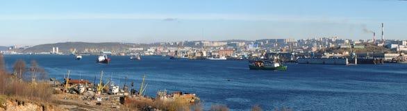 Sikt av staden av Murmansk från Kola Bay Royaltyfria Foton