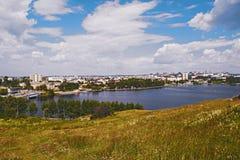 Sikt av staden av Nizhny Tagil uppifrån av berget royaltyfri foto
