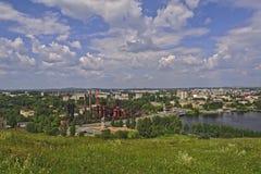 Sikt av staden av Nizhny Tagil uppifrån av berget Arkivbild