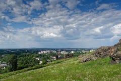 Sikt av staden av Nizhny Tagil uppifrån av berget royaltyfria bilder