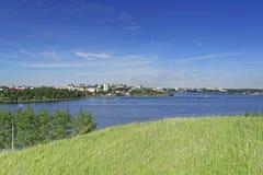 Sikt av staden av Nizhny Tagil uppifrån av berget Arkivfoto