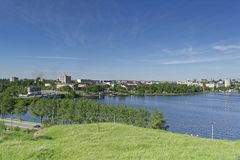 Sikt av staden av Nizhny Tagil uppifrån av berget Royaltyfri Bild