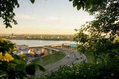 Sikt av staden och floden som inramas av filialer Arkivfoton
