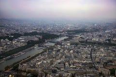 Sikt av staden av Paris fr?n h?jden av Eiffeltorn arkivfoton