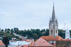 Sikt av staden, tak, ett kapell på den huvudsakliga gatan Turda Rumänien arkivfoto