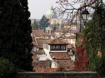 Sikt av staden av Udine, historisk huvudstad av Friuli hemland, nu i Italien royaltyfri foto