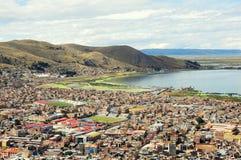 Sikt av staden vid Titicaca sjön, Royaltyfria Bilder