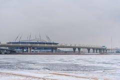 Sikt av stadionzenitarenan och västra snabb diameter i vinter okhtinsky petersburg russia för bro saint royaltyfria bilder