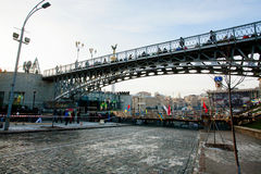 Sikt av stadsbron och vid barrikader på anti--regering demonstration under veckan av deneuropé protesten Royaltyfria Foton