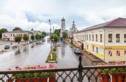 Sikt av stadsgatan i molnig dag för sommar Arkivfoton