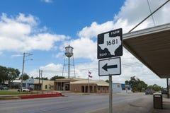 Sikt av stadshus- och vattentornet i staden av Nixon i Texas, USA Royaltyfri Bild