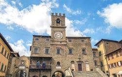Sikt av stadshuset i den medeltida staden av Cortona royaltyfri fotografi