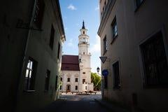 Sikt av stadshuset i gammal stad Kaunas Litauen Royaltyfri Fotografi
