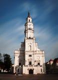 Sikt av stadshuset i gammal stad Kaunas Litauen Arkivfoton
