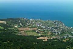 Sikt av stadsområdet av Yalta uppifrån av berget Ai-Petri royaltyfria foton