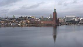 Sikt av stadsstadshuset, molnig marsdag Stockholm Sverige stock video