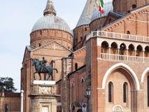Sikt av statyn av Gattamelata och basilikan Royaltyfria Bilder