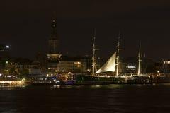 Sikt av Sten Pauli Piers vid natt, en av viktig tou för Hamburg ` s Arkivbild