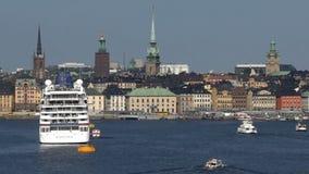 Sikt av Stockholm från skeppet som ankommer i port stock video