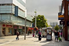 Sikt av storgatan i träsk, med historiska byggnader, commerci arkivfoton