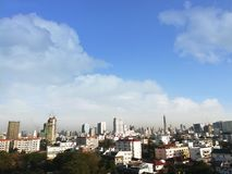 Sikt av storstaden och himmel royaltyfri bild
