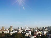 Sikt av storstaden och himmel royaltyfri foto