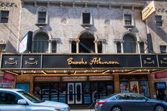 Sikt av stort festtält och tecknet för den berömda bäckAtkinson teatern i teaterområdet av Manhattan New York City royaltyfri bild