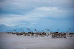 Sikt av stort fyrkantigt netto för dopp på pakprasjön i phatthalung som är södra av Thailand fotografering för bildbyråer