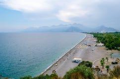 Sikt av stranden av den Antalya staden och stadsgrannskapar Royaltyfri Foto