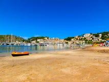 Sikt av stranden av Port de Soller med folk som ligger på sand, Soller, Balearic Island, Spanien royaltyfri bild