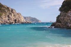 Sikt av stranden bland klippor på Paleokastritsa i Korfu, Greec Arkivbild