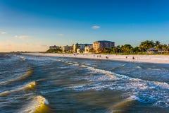 Sikt av stranden från fiskepir i fortet Myers Beach, Flo Royaltyfri Fotografi