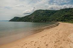 Sikt av stranden, havet och skogen på molnig dag i Paraty Mirim, en tropisk strand nära Paraty Arkivbilder