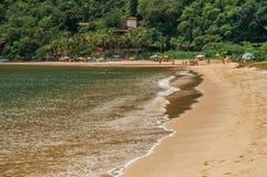 Sikt av stranden, havet, skogen och folk i Paraty Mirim royaltyfria bilder