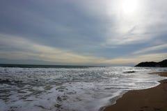 Sikt av stranden i aftonen Royaltyfria Bilder