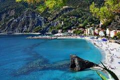 Sikt av stranden i Monterosso i Cinque Terre av Italien Royaltyfria Foton