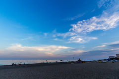 Sikt av stranden i Torremolinos i afton Royaltyfria Bilder