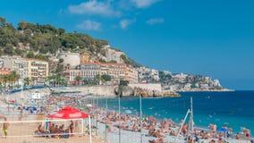 Sikt av stranden i trevlig timelapse, Frankrike, nära Promenade des Anglais turister, sunbeds och paraplyer på sommar stock video