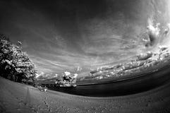 Sikt av stranden och exotisk himmel Royaltyfria Bilder